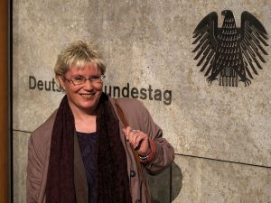 Gabriela Heinrich vor dem Jakob-Kaiser-Haus