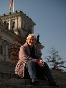 Gabriela Heinrich vor dem Reichstagsgebäude