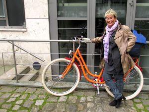 Gabriela Heinrich mit ihrem neuen Fahrrad