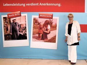 Gabriela Heinrich vor dem Rentenpaket-Plakat