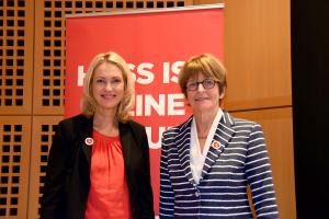 Familienministerin Schwesig und die Botschafterin des Europarats, Anne Brasseur