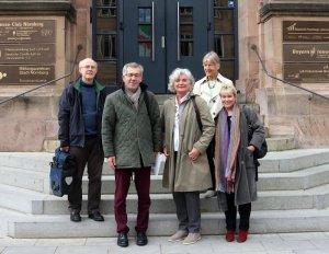 Petra Crone und Gabriela Heinrich (Mitte und links) bei der Alten-Akademie Nürnberg