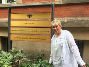 """Gabriela Heinrich vor dem """"Bundeshaus"""", in dem sich das Minderheitensekretariat befindet"""
